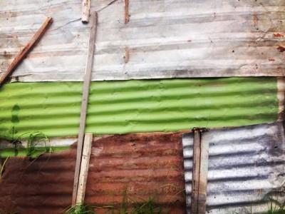 Fachada en latón de una de las casas de la comunidad=