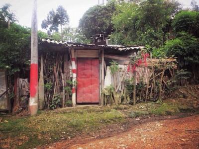 Una de las casas de la comunidad junto a la trocha