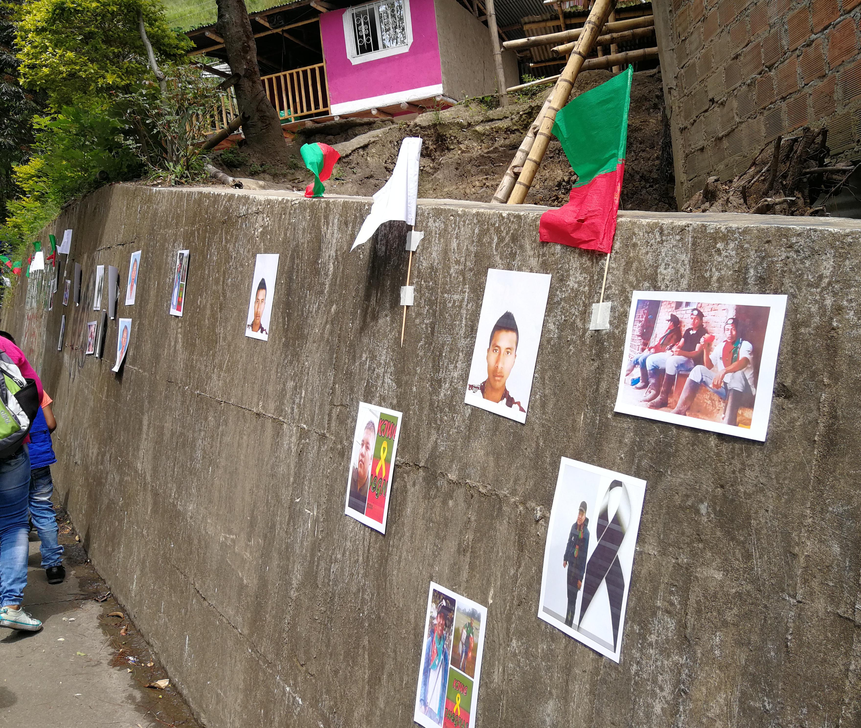 Mural con fotos de guardias indígenas asesinados en el Cauca. Según las cuentas del Consejo Regional Indígena del Cauca (CRIC) en este año hasta el 4 de noviembre habían sido asesinados 56 indígenas. Foto tomada en octubre de 2019. Crédito: La Liga Contra el Silencio.